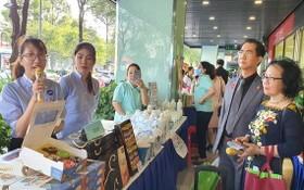 亞洲餅家展位代表向來賓介紹產品。