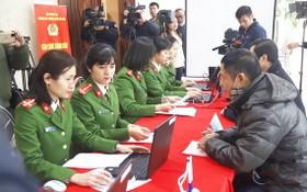 河內市公安力量為民辦理芯片公民身份證簽發手續。