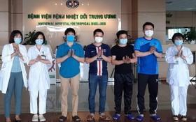 新冠肺炎患者痊愈出院前與醫護人員合照。(示意圖源:中央熱帶病醫院)