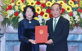 黎慶海同志(右)從國家副主席鄧氏玉盛手中接過人事委任《決定》。(圖源:越通社)