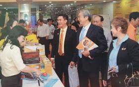 陳輝強主任(右三)與郡領導參觀展覽會。