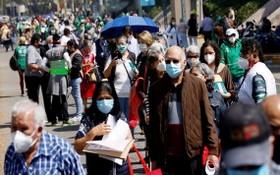 墨西哥城民眾輪候接種新冠疫苗。(圖源:路透社)