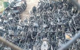 大量摩托車被燒毀只剩下鐵框。(圖源:公元)
