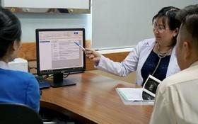 市醫藥大學醫院醫生在查看就診患者的電子健康檔案。(圖源:黃雄)