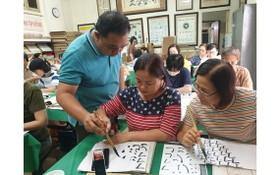 林漢城書法家向學員介紹書法概念及執筆技巧。
