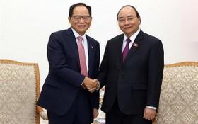 政府總理阮春福(右)接見韓國駐越南大使朴能運。(圖源:越通社)