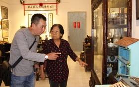 """記者在""""西堤華人文化陳列室""""裡採訪華人革命老前輩李金梅(右)。"""