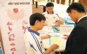 大水鑊醫院醫生(白衣)指引民眾辦理器官捐贈手續。
