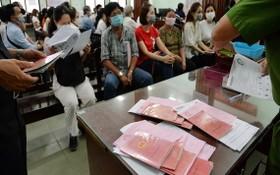 居民在市公安廳所屬社會秩序行政管理警察科辦理芯片公民身份證。