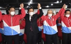 最大在野黨國民力量黨首爾市長候選人吳世勳在出口民調公佈後,在首爾黨部內振臂慶祝畫面。(圖源:互聯網)