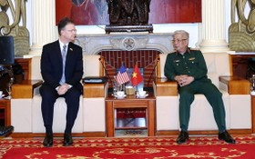阮志詠上將(右)接見美國駐越南特命全權大使丹尼爾。(圖源:英宇)