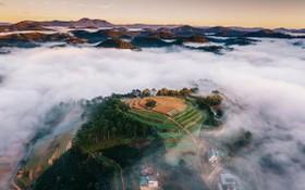 清晨雲霧繞在涼寨盆地上。