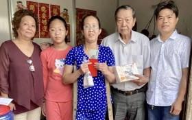 曾廣泳理事長(右二)與各常務副理事長 把物資轉交曾玉蘭母女(右三、四)。