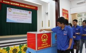 向青年宣傳選舉法律知識