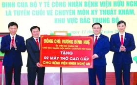 國會主席王廷惠(右二)向乂安全科友誼醫院贈送鮮花和兩部高級呼吸機。(圖源:VGP)