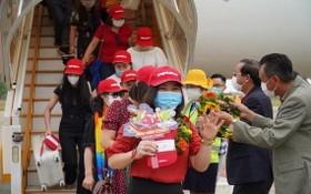首批乘搭越捷航空新航線的乘客抵達富國島。(圖源:Vietjet)