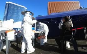 韓國首爾,醫務人員對市民進行新冠病毒檢測。(圖源:互聯網)