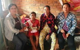 華人熱心人士何飛燕(左一)向石冬小朋友家庭轉交手術經費。
