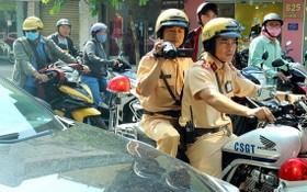 節日高峰期間,交警將經常巡邏執勤。(圖源:杜忠)