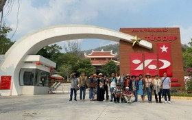 越華畫家參觀安江省歷史遺跡。