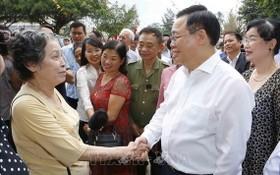 國會主席王廷惠與選民交談。(圖源:越通社)