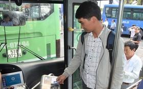乘客上車刷卡。