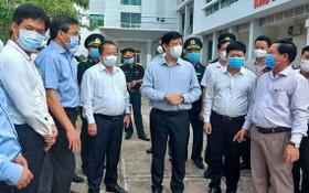 衛生部長阮清隆(前右三)與當地領導交換意見。(圖源:方宇)