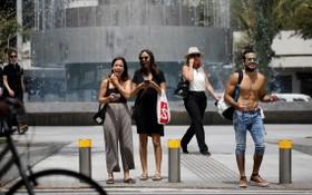 以色列衛生部宣佈,由於大部分人接種了冠病疫苗,以色列疫情日趨緩和,新增確診病例持續減少,人們在戶外無需佩戴口罩,但在室內還需佩戴口罩,並保持社交距離。 (圖源:路透社)