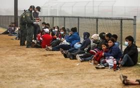 圖為2021年4月10日在德克薩斯州La Joya越過美墨邊境的非法移民。(圖源:互聯網)