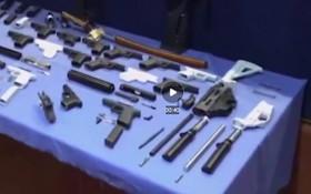 西班牙警方在突襲中繳獲19個3D列印手槍框架、9個彈夾、2個消音器以及許多武器零件等。(圖源:視頻截圖)