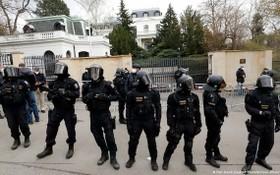 捷克警察在俄羅斯駐捷克大使館外鎮守。(圖源:AP)
