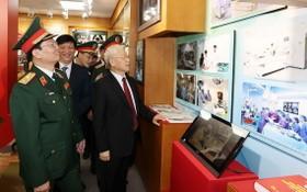 總書記阮富仲參觀 108 醫院圖片展。