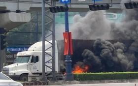集裝箱車在河內公路自燃