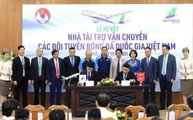 越足協會代表與越竹航空代表共同簽署了合作協議。