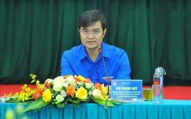 共青團中央書記處常務書記裴光輝(左五)在會議上作出總結報告。(圖源:越通社)