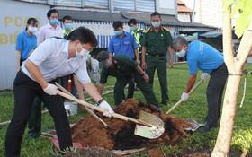 第五郡郡委書記阮孟強參加植樹活動。