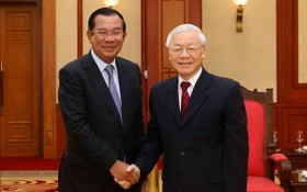 黨中央總書記阮富仲(右)與柬埔寨王國政府總理洪森。(圖源:VGP)