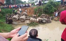 混凝土攪拌車側翻墜落池塘 司機死亡