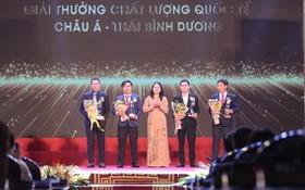 國家副主席武氏映春(中)向得獎企業頒發獎項。(圖源:文峰)