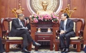 市委書記阮文年(右)接見拉特南大使。(圖源:市黨部新聞網)