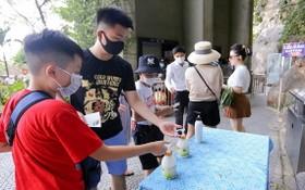 遊客參觀景點嚴格執行防疫規定。(圖源:垂楊)