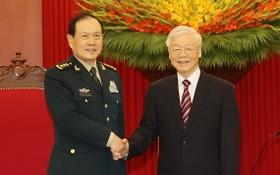 總書記阮富仲(右)接見中國國防部長魏鳳和上將。(圖源:越通社)
