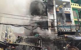 本市一間結合經營住房發生火警的現場。