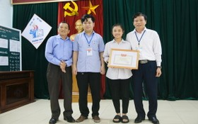 拾金不昧的女生裴氏美蓉(右二)獲表彰。(圖源:前鋒)