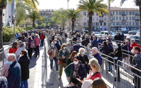 4月10日,人們在法國尼斯一家展覽中心設立的新冠疫苗接種中心排隊等待接種疫苗。