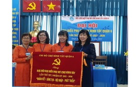 華人商販應氏蓮(左一)與各代表領取錦旗。