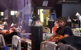4月29日,一名在印度新德里一處新冠治療中心接受治療的患者坐在床上。(圖源:新華社)