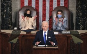 """拜登演講身後兩位""""副總統(左)與議長均為女性""""屬歷史首次。(圖源:互聯網)"""