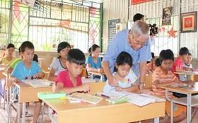 吳松碧教師在給邊界清貧學生練字。