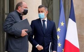 法國政部長達爾馬寧(右)和司法部長莫雷蒂28日在內閣會議後離開總統府愛麗舍宮。(圖源:AFP)